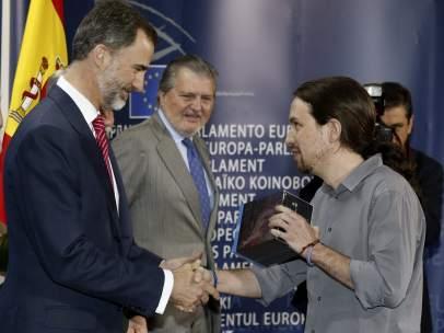 Pablo Iglesias regala al rey la serie 'Juego de tronos'