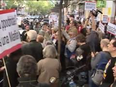 Protesta por el 'esc�ndalo Rato' a las puertas de la sede del PP
