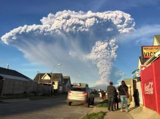 Vista general del volcán activo Calbuco