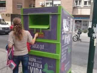 Contenedor de ropa usada en Granada.