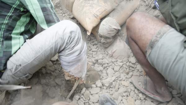 Un terremoto de 7,9 de magnitud sacude Nepal: más de 3.700 personas han fallecido