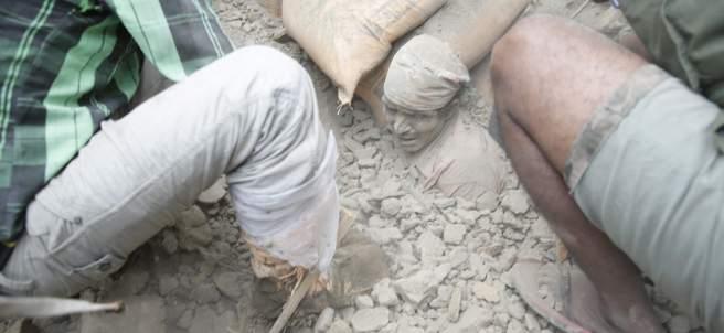 Bajo los escombros