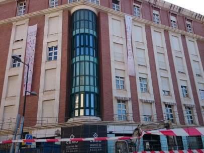 Vecinos de Granada protestan porque el metro está pegado a su edificio.