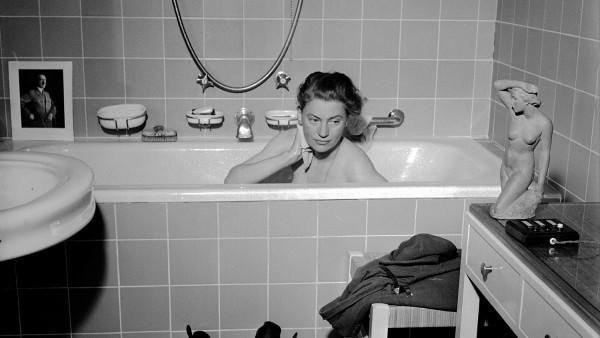 Lee Miller with David E. Scherman - Lee Miller in Hitler´s Bathtub, Munich, Germany, 1945