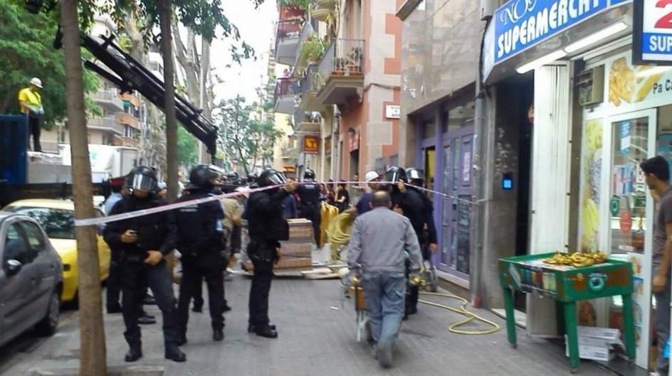 Los mossos desalojan una oficina bancaria 39 okupada 39 en for Oficina empleo lleida