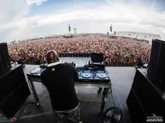 El DJ Carl Cox durante su concierto en el Festival de Monegros 2014.