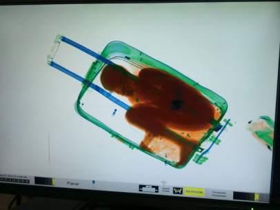 Rescatan a un menor en una maleta