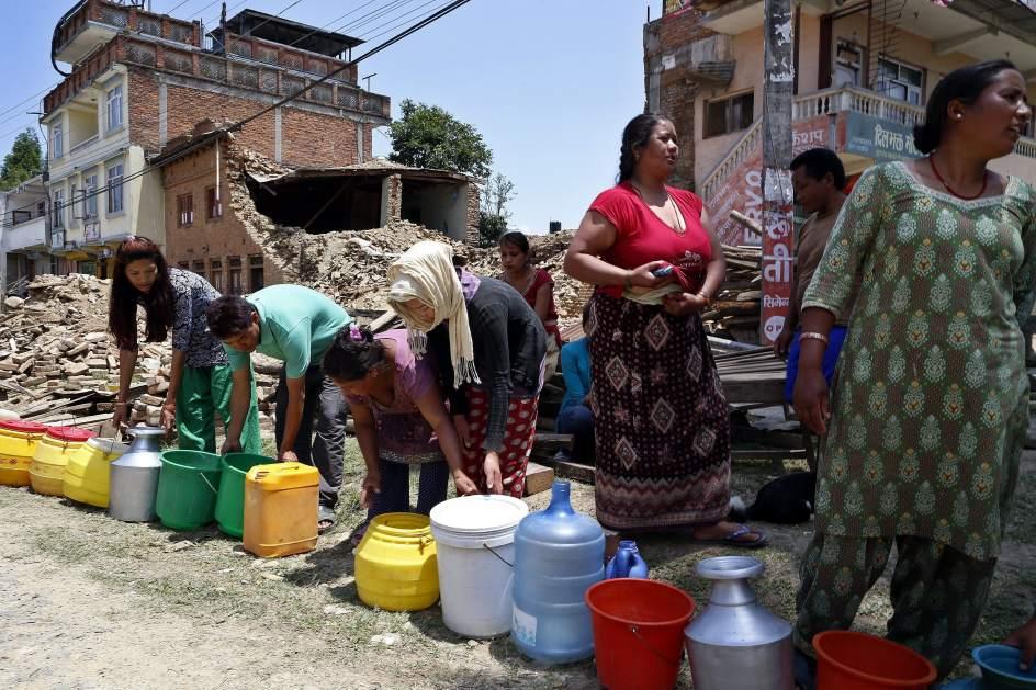 Cola para conseguir agua en Nepal