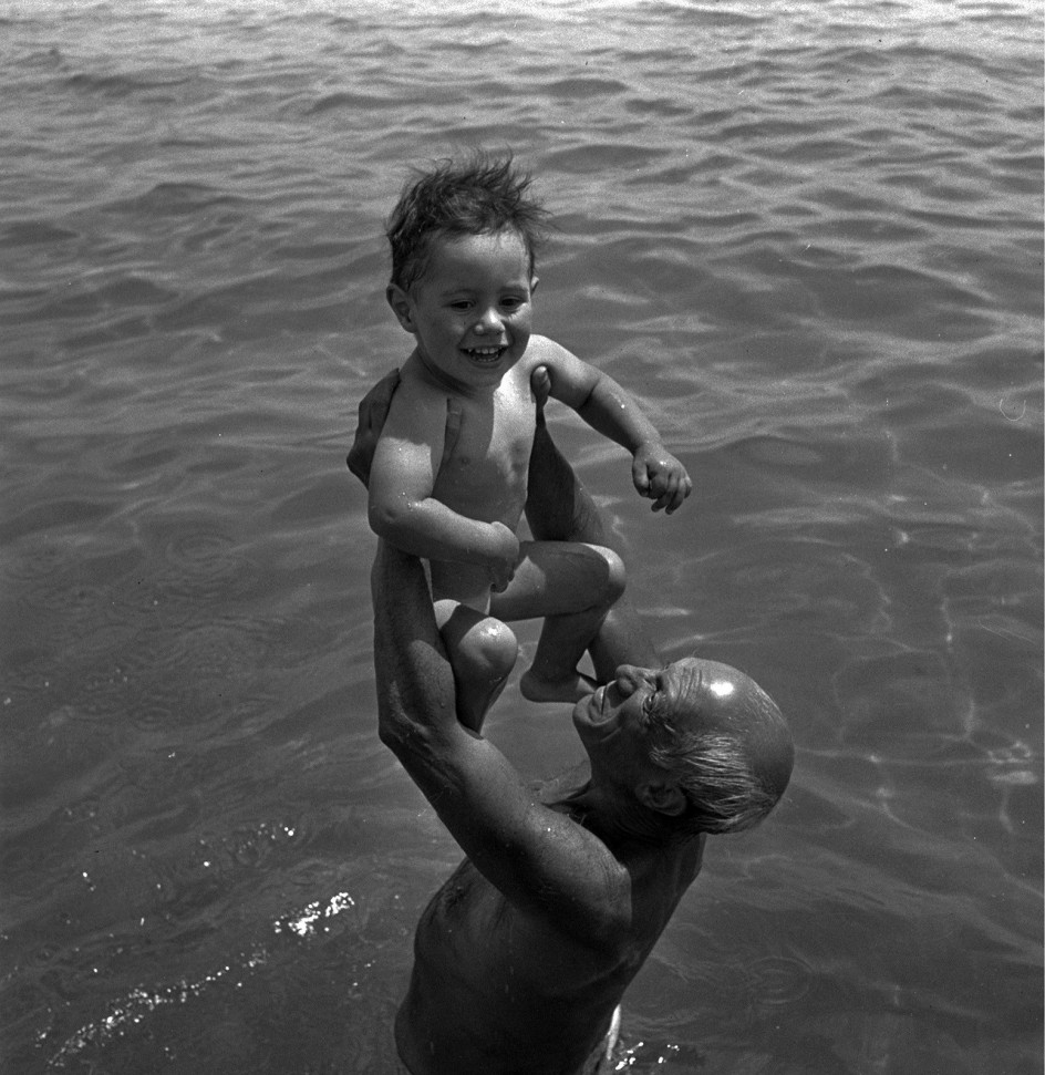 Lee MILLER (1907-77) - Picasso and his son Claude, Golfe Juan, France, 1949