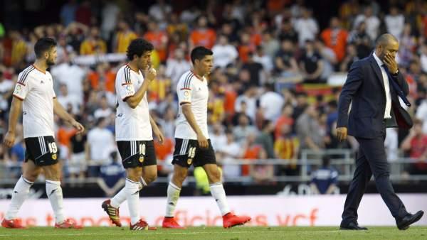 El Valencia abandona el terreno de juego cabizbajo.