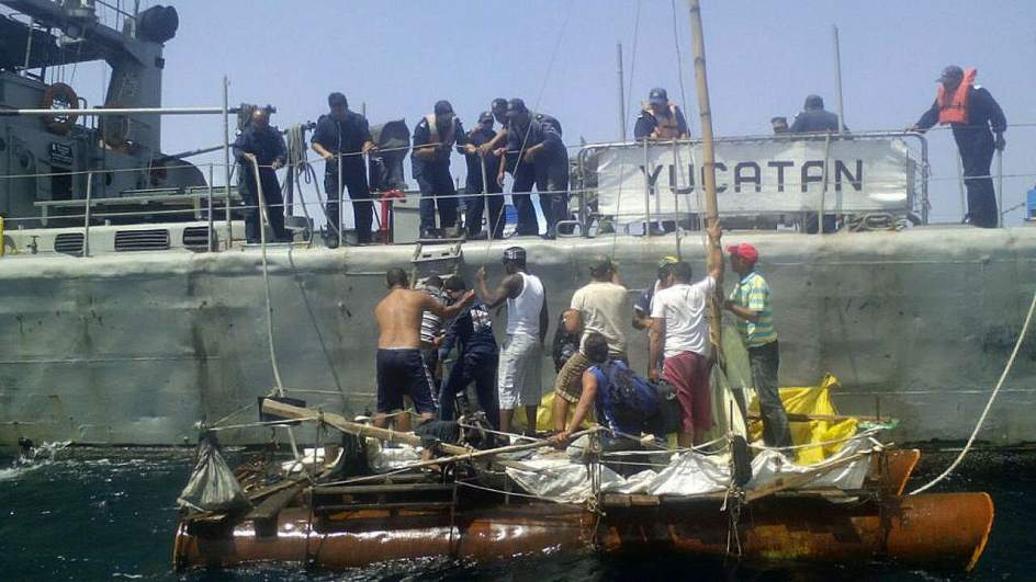 Balseros cubanos rescatados frente a México