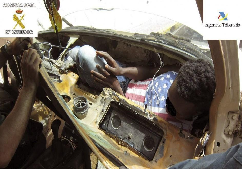 Rescatados dos subsaharianos que iban en dobles fondos