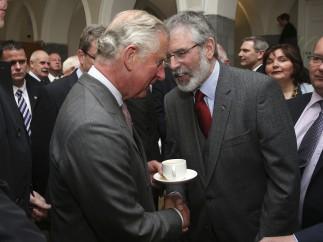 Histórico apretón de manos entre Carlos de Inglaterra y Gerry Adams