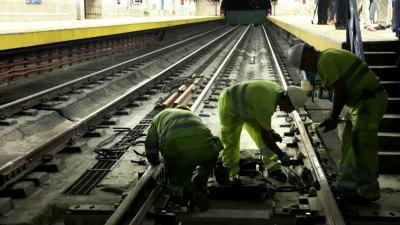Operarios trabajando enel metro de Madrid.