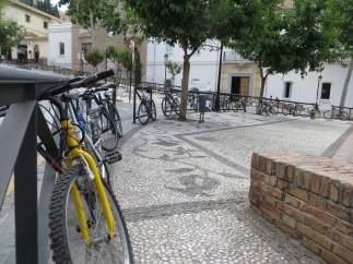 Imagen de bicicletas aparacadas en el Campo del Príncipe de Granada.