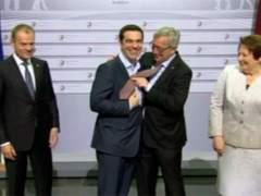 Juncker le 'presta' su corbata a Tsipras