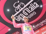 Alberto Contador sonríe en el podio