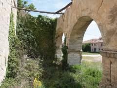 Pórtico de la iglesia de Castil de Carrias (Burgos), hundido y comido por la naturaleza.
