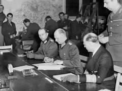 Alfred Jodl, jefe del Estado Mayor del Alto Mando alemán, firma la primera rendición en Reims en la madrugada del 7 de mayo de 1945