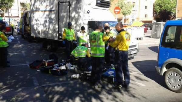 Un octogenario es atropellado por un camión de reparto en Madrid.