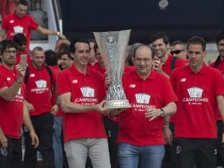 El Sevilla campe�n regresa a la capital hispalense