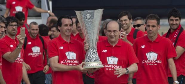 El Sevilla campeón regresa a la capital hispalense
