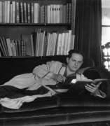 Un hombre lee en su sof�