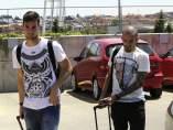 Sergio Rico y Aleix Vidal a su llegada a La Ciudad del Fútbol de Las Rozas.