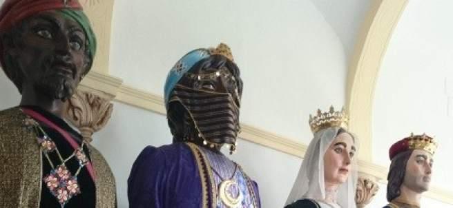 Gigantes que acompañan a la Tarasca de Granada.