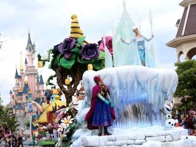 Cabalgata de Elsa y Anna en Disneyland Paris.