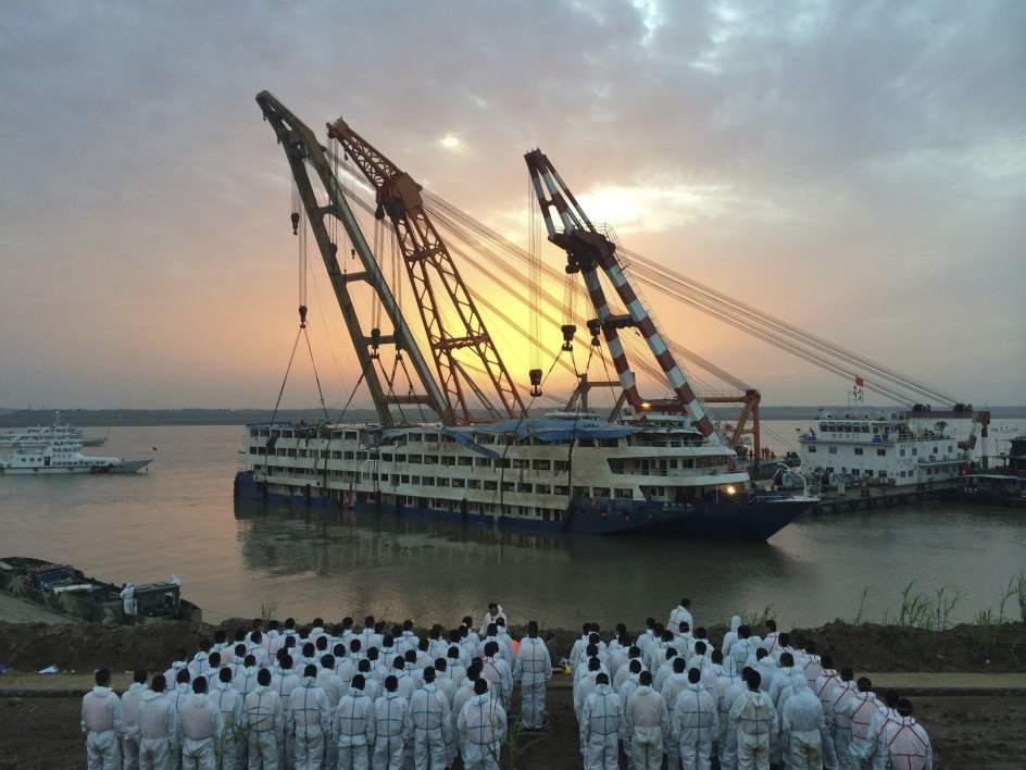 Enderezan el navío hundido en el Yangtsé