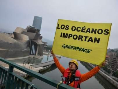 Intervención de Greenpeace en el puente La Salve de Bilbao para pedir la protección de los océanos.