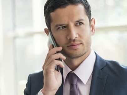 Un directivo hablando por su teléfono móvil