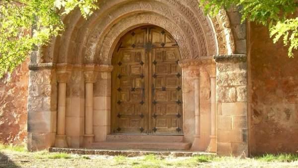 Fachada del templo de Ligos, en Soria