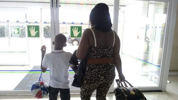 Adou con su madre