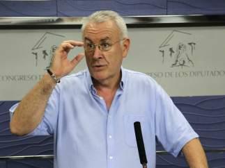Cayo Lara, durante la rueda de prensa ofrecida en el Congreso, tras la reunión con Pedro Sánchez