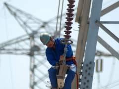 Trabajador en una torre eléctrica.