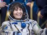 Samantha Cristoforetti tras el aterrizaje de la nave Soyuz TMA-15M