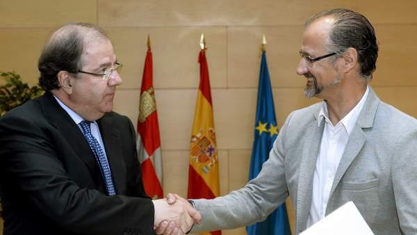 Juan Vicente Herrera (i), y Luis Fuentes  tras la firma del documento de regeneración democrática