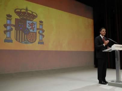 Bandera española en el acto de Pedro Sánchez