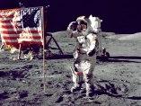 El comandante del Apollo 17 saluda a la bandera en la Luna en 1972