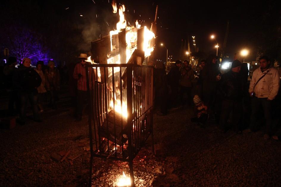 Montevideo, Uruguay . Decenas de personas participan en la celebración de la noche de San Juan en Montevideo (Uruguay). Como es tradición en cada noche de San Juan, los concurrentes llevan objetos para quemar en aras de que el fuego se transforme en un elemento purificador.