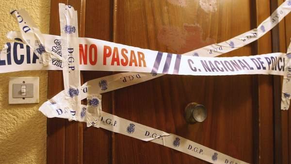 Precinto policial en la puerta de la vivivenda de la mujer asesinada por violencia machista