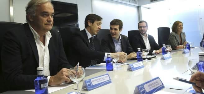González Pons y Hernando junto a otros miembros del comité de dirección del PP.
