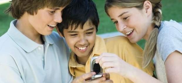 Jóvenes con un móvil