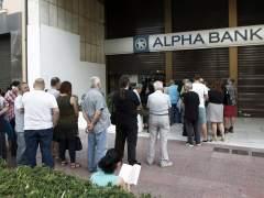 Grecia cierra sus bancos y este lunes empieza el corralito