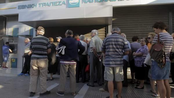 Colas en los bancos griegos (EFE/ORESTIS PANAGIOTOU)
