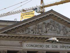 Greenpeace coloca una pancarta en una gr�a del Congreso por la 'Ley Mordaza'