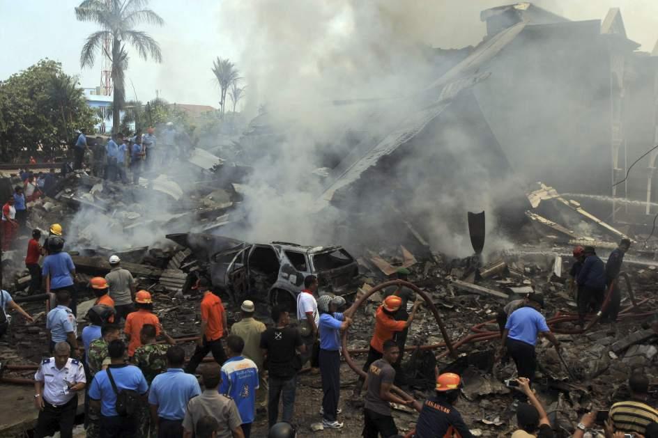 Se estrella un avión en una zona residencial de Sumatra