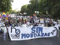 Decenas de personas reciben a la 'ley mordaza' con una protesta silenciosa cerca del Congreso